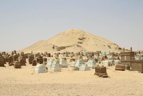 Мусульманское клабище с восточной стороны пирамиды Аменемхета I в Эль- Лиште