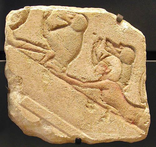Рельеф фараон Эхнатон и бабуины. Музей в Лувре