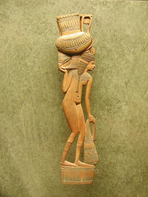 Деревянная фигура служанки. Музей в Лувре.
