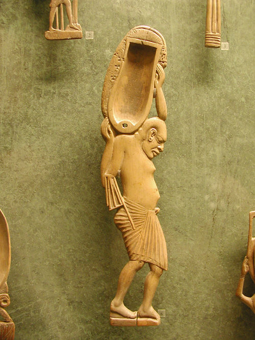 Статуя слуги с амфорой. Музей в Лувре.