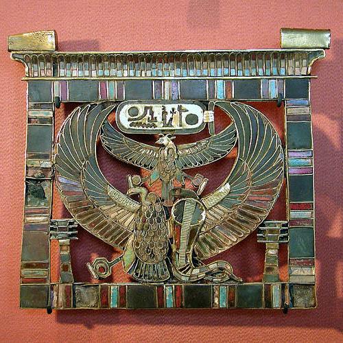 Пектораль из золота с картушем Рамсесса II. Музей в Лувре
