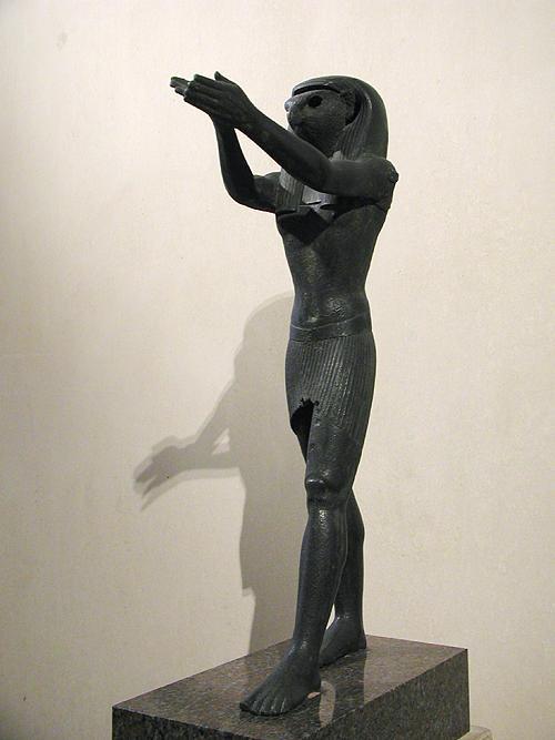 Статуя Гора из бронзы. Музей в Лувре