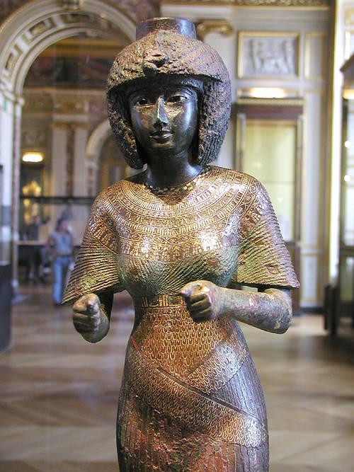 """Статуя из бронзы- """"Божественная жена Амона"""". Музей в Лувре"""
