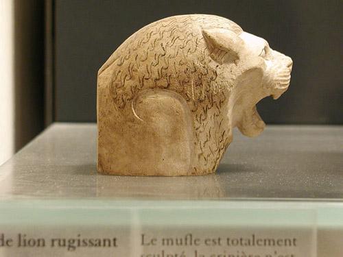 Голова льва из известняка. Музей в Лувре