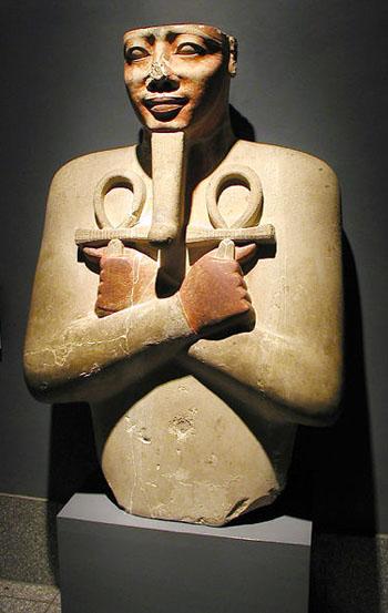 Колонна в форме статуи Сесостриса I. Музей в Луксоре