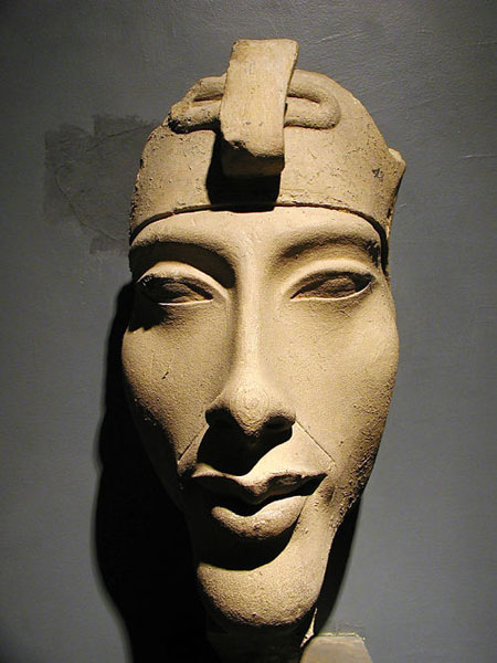 Огромная голова фараона Эхнатона. Музей в Луксоре