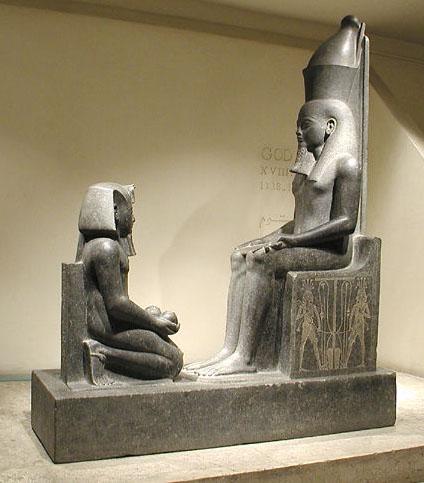 Статуя бога Атума и Хоремхеба. Музей в Луксоре