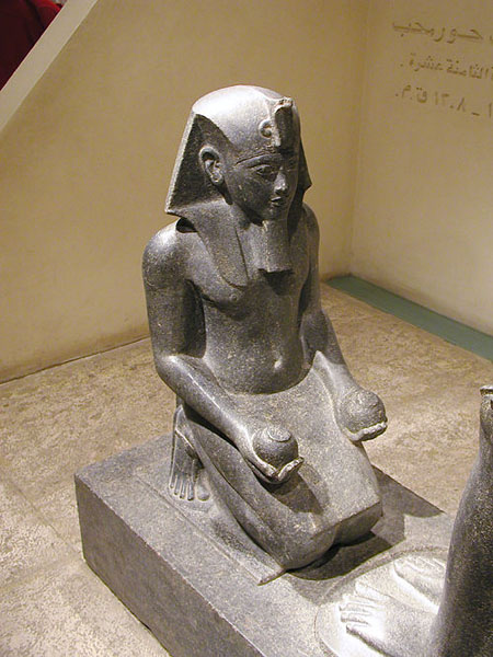 Коленопреклоненный фараон Хоремхеб. Луксорский музей египетской древности.