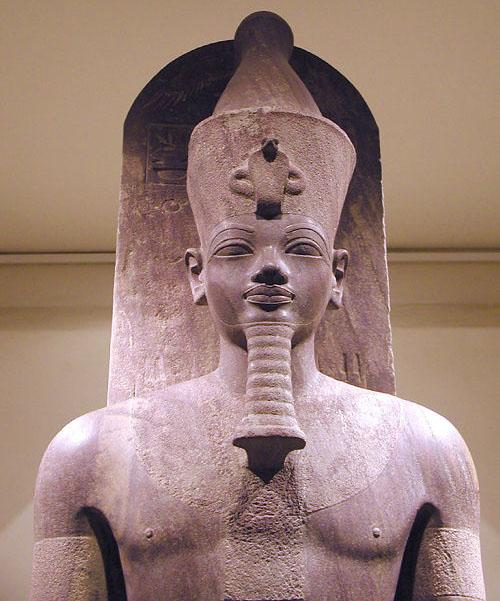 Кварцитовая статуя фараона Аменхотепа III. Музей в Луксоре