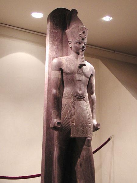 Кварцитовая статуя Аменхотепа III в полный рост. Луксорский музей египетской древности.