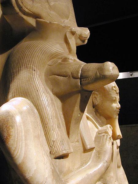Бог Себек в виде крокодила и фараон Аменхотеп III. Луксорский музей египетской древности.