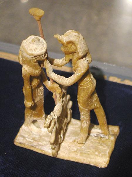 Статуя богини Маат и Рамсесса XI. Музей в Луксоре