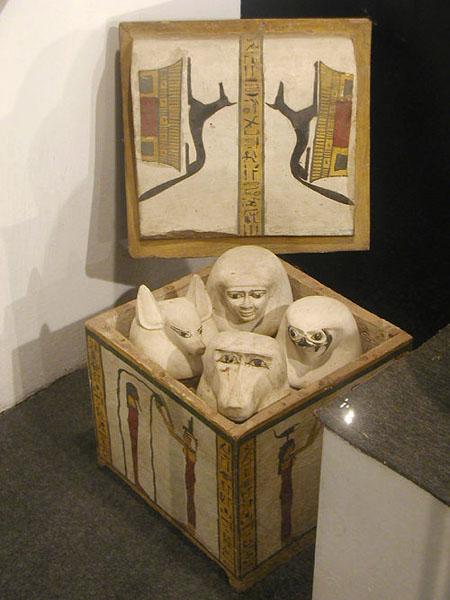 Расписной ящик и канопы жреца храма Монту. Музей в Луксоре