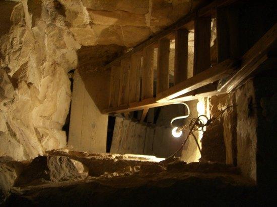 Вид из погребальной камеры вниз в шахту. Пирамида Хуни. Мейдум.