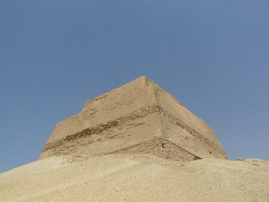 Южная и восточная сторона пирамиды Хуни в Мейдуме.