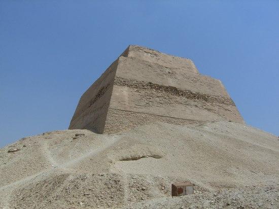 Западная и южная сторона пирамиды Хуни в Мейдуме.
