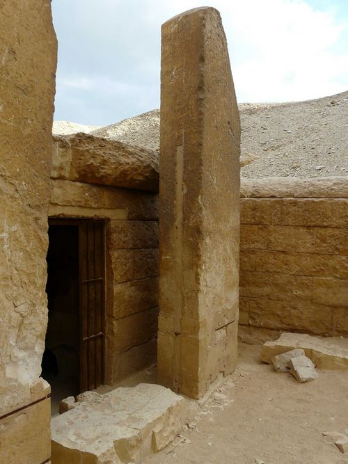 Алтарь для подношений и стела в святилище пирамиды Хуни. Мейдум.
