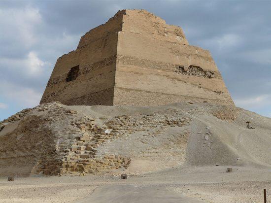 Северная  и западная сторона пирамиды Хуни в Мейдуме.