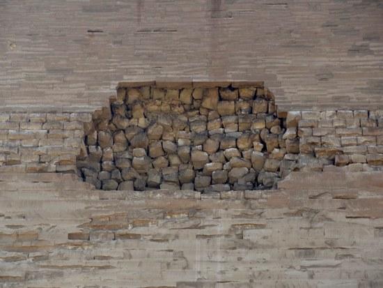 Блоки облицовки и внутренний слой северной стороны пирамиды Хуни в Мейдуме.