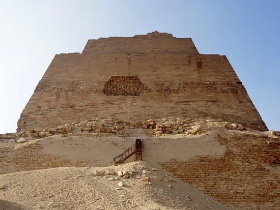 Северная сторона пирамиды Хуни в Мейдуме. Вход.