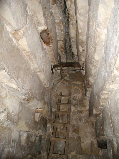 Южная сторона погребальной камеры пирамиды Хуни. Мейдум.