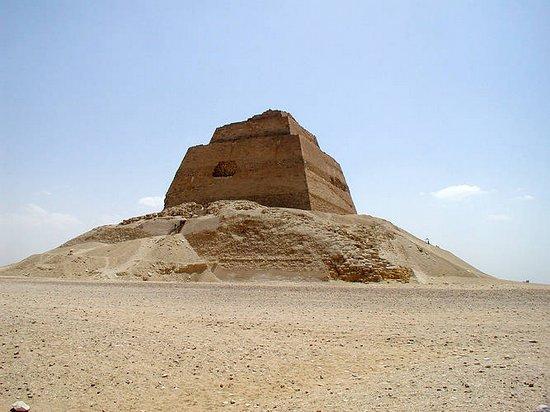 Вид на пирамиду в Мейдуме. Северная сторона.