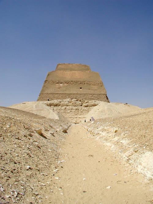 Дорога для погребальных процессий от храма в долине к святилищу пирамиды Хуни. Мейдум.