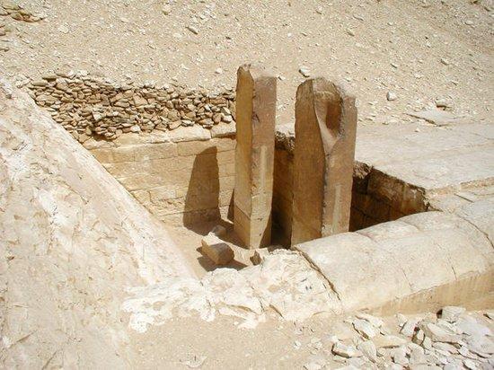 Стелы святилища Мейдумской пирамиды Хуни.