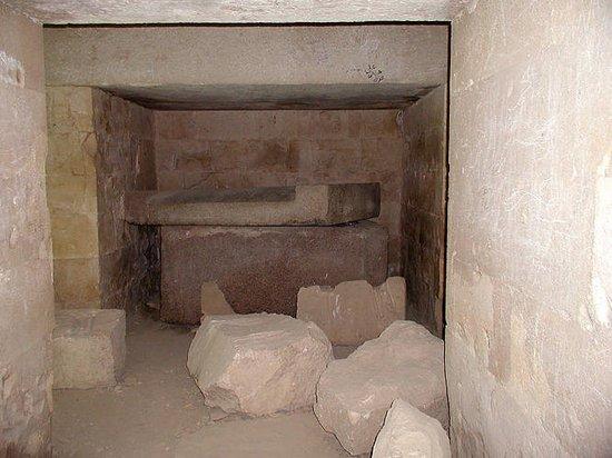 Саркофаг в погребальной камере мастабы 17. Некрополь Мейдума.