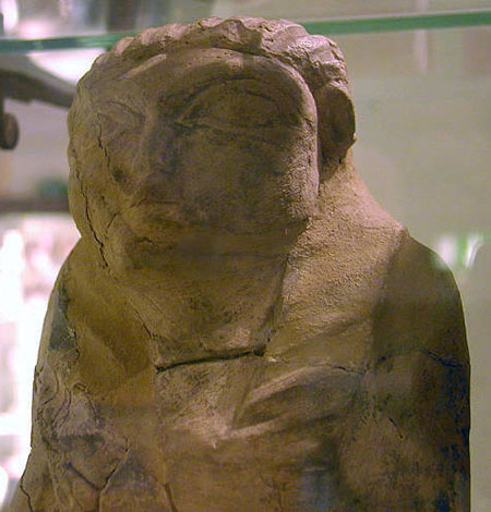 Известняковая статуэтка сидящего царя Скорпиона. Музей Петри .
