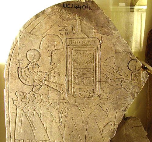 Стела с изображением солнечной ладьи. Музей Петри