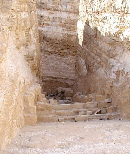 Понижающийся коридор пирамиды Реджедефа