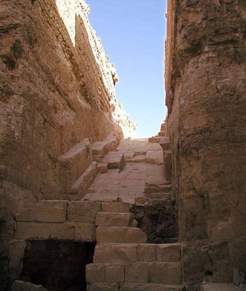 Вид из вестибюля на входной коридор пирамиды Джедефре