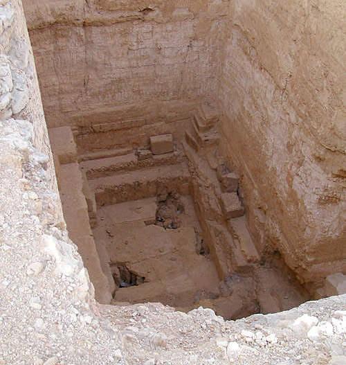 Вид с поверхности земли на погребальную камеру пирамиды Джедефре