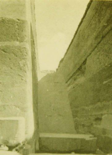 Незавершенная пирамида в Завиет-эль-Ариане. Понижающийся коридор.