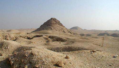 Вид на пирамиду Усеркафа. Вдали видна пирамида Тети.