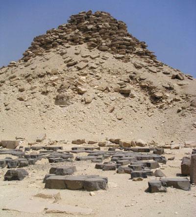 Остатки базальтового пола заупокойного храма Усеркафа.