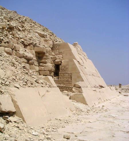 Пирамида униса. Южная сторона. Плиты первоначальной облицовки.