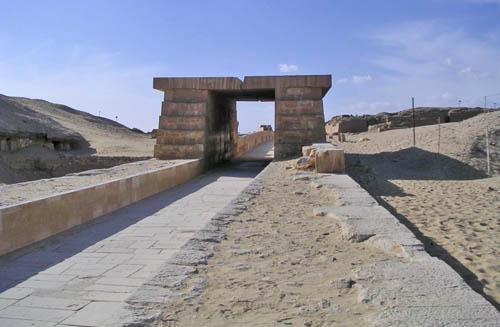 Дорога для процессий к пирамиде фараона Униса.