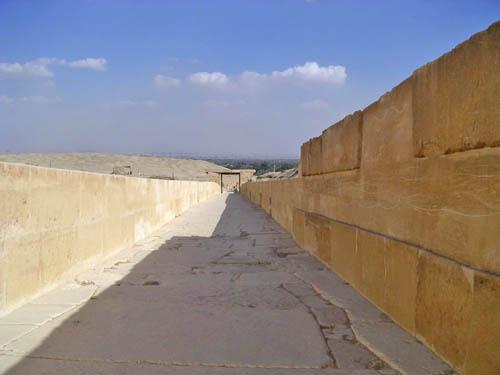 Дорога для процессий к пирамиде фараона Униса. Вид на нижний храм.