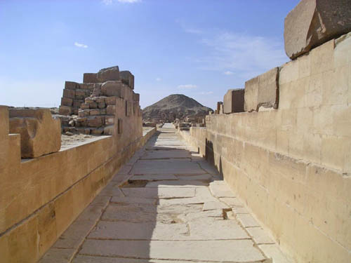 Дорога для процессий к пирамиде фараона Униса. Вид на заупокойный храм.