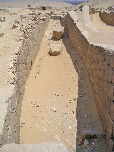 Дорога для процессий к пирамиде фараона Униса. Углубление для ритуальной ладьи.