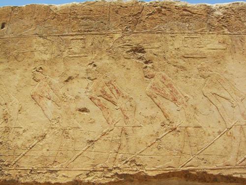 Дорога для процессий к пирамиде фараона Униса. Барельеф.