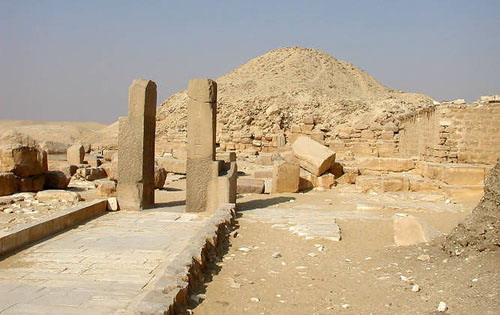 Столпы ворот заупокойного храма Униса.