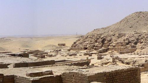 Пирамида фараона Униса. Вид на восточную сторону. Видны развалины заупокойного храма.