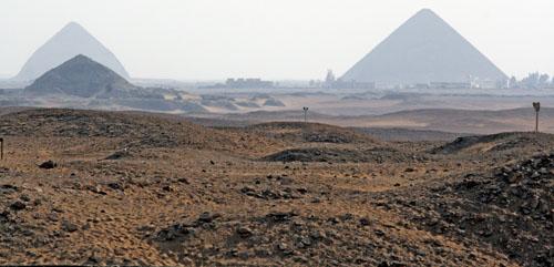 Пирамида фараона Пепи II слева на переднем плане.