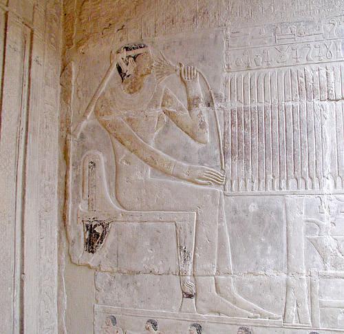 Рельеф жены Мереруки Ватефатор с цветком