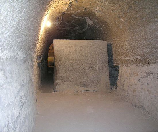 Саркофаг в проходе без крышки. Serapeum Saqqara.