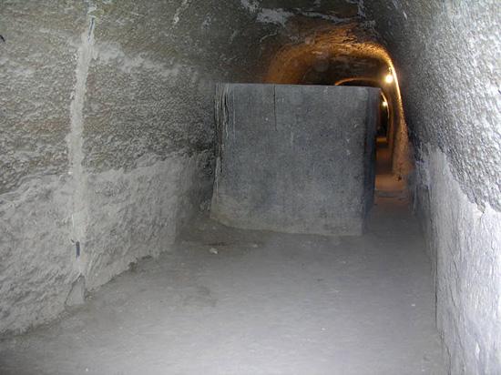 Саркофаг в коридоре галлереи. Серапеум Саккара.