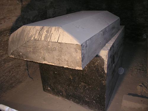 Сдвинутая крышка на саркофаге. Серапеум Саккара.